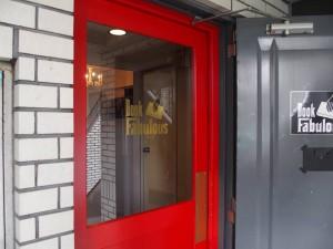 4階に上がるとこの赤いドアが目に飛び込みます。